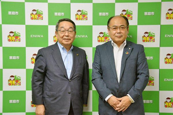 写真:恵庭市長への新規立地報告を行った地崎道路株式会社 渡邊誠司代表(右)